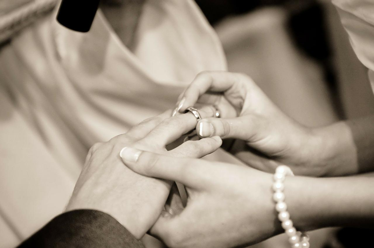 Här hittar du ringar, smycken juveler för bröllop och förlovning.